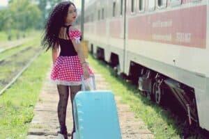 femme avec valise bleue
